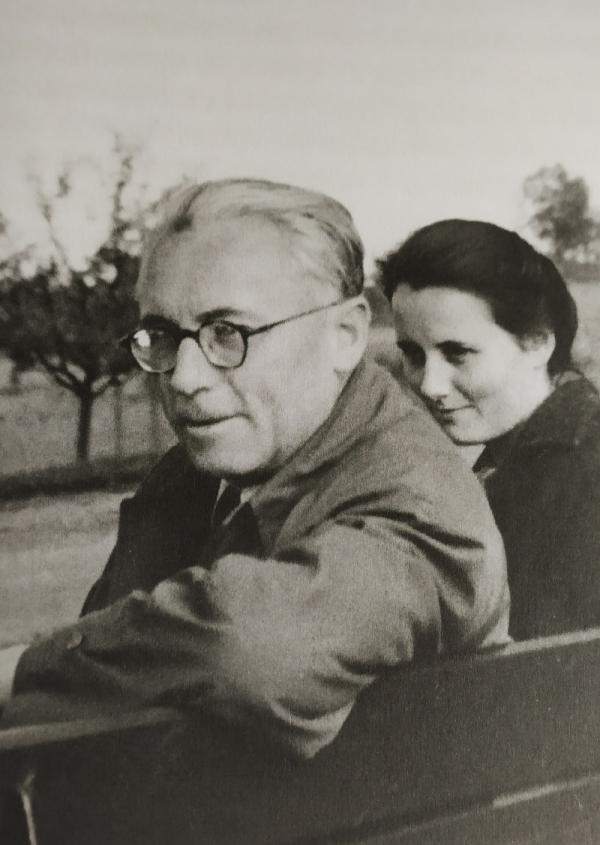 Švestka s tatínkem Karlem Maiwaldem po svatbě v táboře v Ludwigsburgu. Zdroj: archiv Sylvy Šimsové