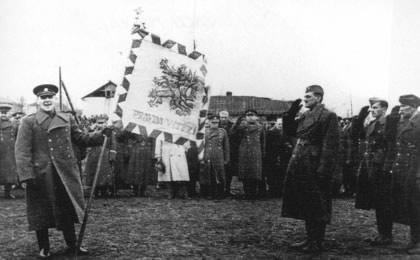 Heliodor Píka předává bojovou zástavu 2. čsl. paradesantní brigádě v SSSR 22. dubna 1944. Foto: Wikimedia Commons