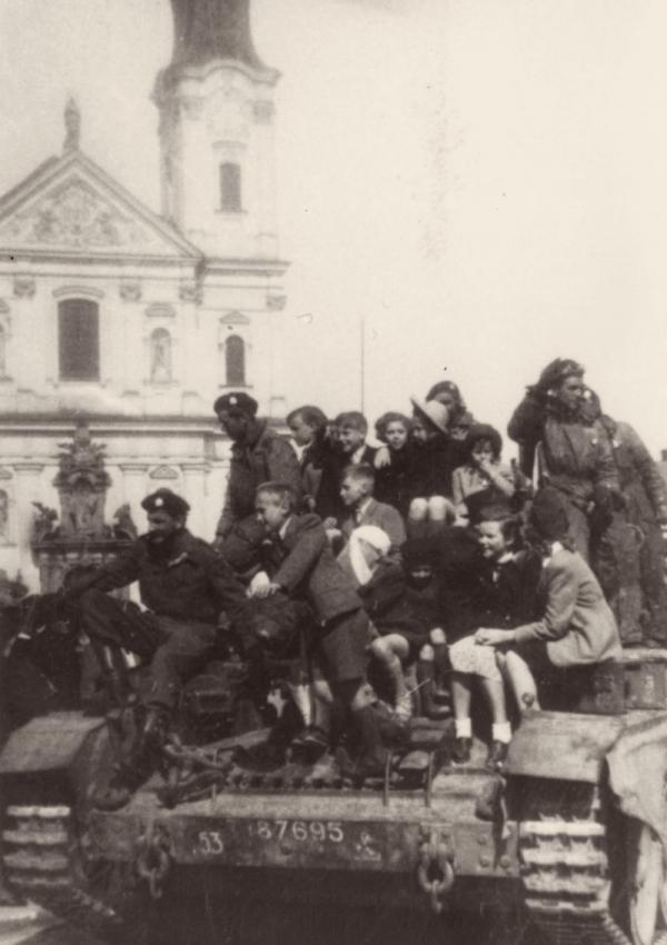 Vojáci Československé obrněné brigády na britském tanku v Klatovech. Foto: Velvyslanectví USA v Praze