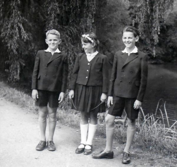 Marie se svými bratry v Průhonicích.