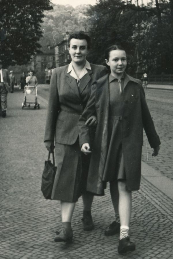 Charlotta se svou maminkou Herbertou na mostě Legií v roce 1952. Foto: Charlotta Kotíková/Paměť národa