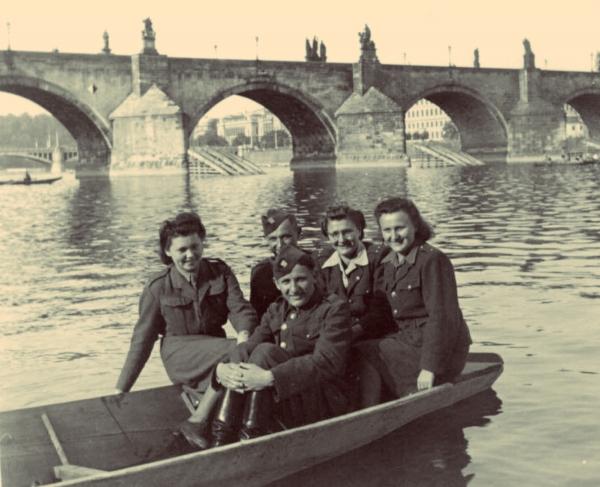 Kozákovi po válce na loďce u Karlova mostu v květnu 1945. Foto: Paměť národa