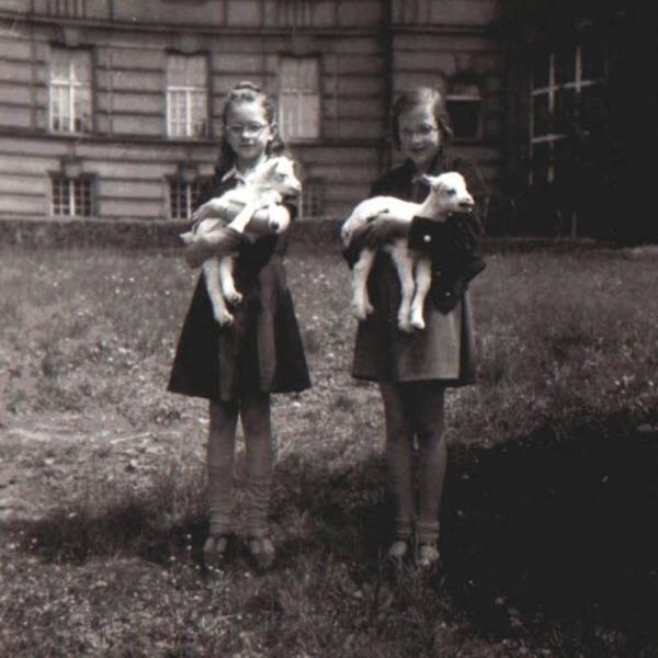 Květoslava s kamarádkou před ústavem s kůzlátky.