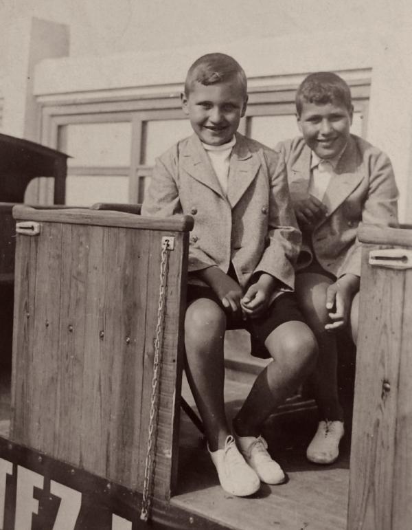 František Lederer s bratrem na turistickém vláčku v Ostende. Foto: Paměť národa/archív Františka Lederera