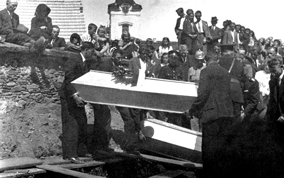 Pohřeb obětí z Leskovic.