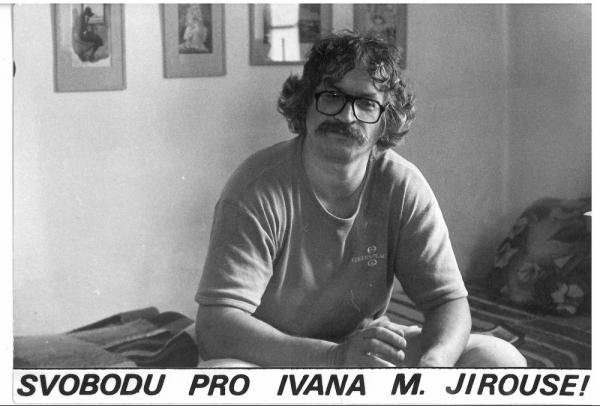 Ivan Jirous byl za své kulturní aktivity vězněn v době normalizace několikrát, naposledy v roce 1989, propuštěn byl 25. listopadu 1989. Zdroj: Paměť národa