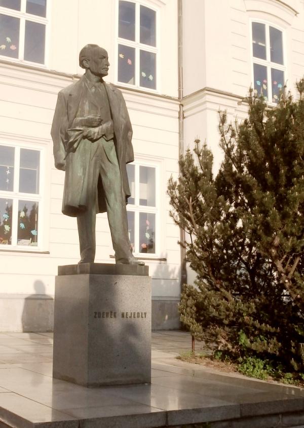 Socha komunistického ministra školství Zdeňka Nejedlého v Litomyšli před základní školou zůstává. Foto: Wikimedia Commons