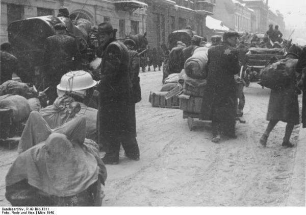 Stěhování Židů do ghetta pod hrozbou zastřelení v březnu 1940.