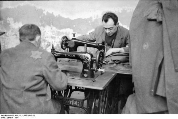 Jedna z továren, ve kterém obyvatelé ghetta šili oblečení pro německou říši.