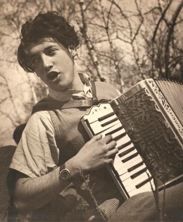 Loris Sušický s harmonikou, kterou s sebou všude nosil. Foto: Paměť národa