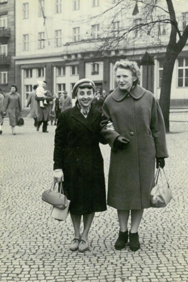 Ludmila Váchalová (vpravo) se spoluvězenkyní po propuštění na amnestii v Praze v květnu 1960. Foto: Paměť národa