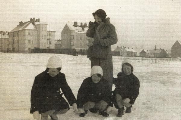 Margalit se sestrami a maminkou před válkou v Brně. Foto: Paměť národa
