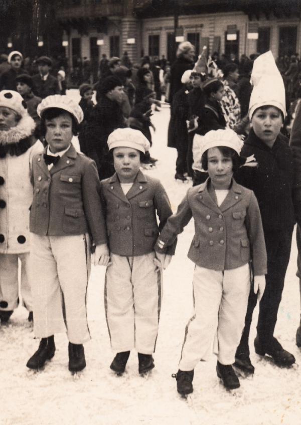 Margalit (uprostřed) se setrami během masopustu v Brně v roce 1932. Foto: Paměť národa