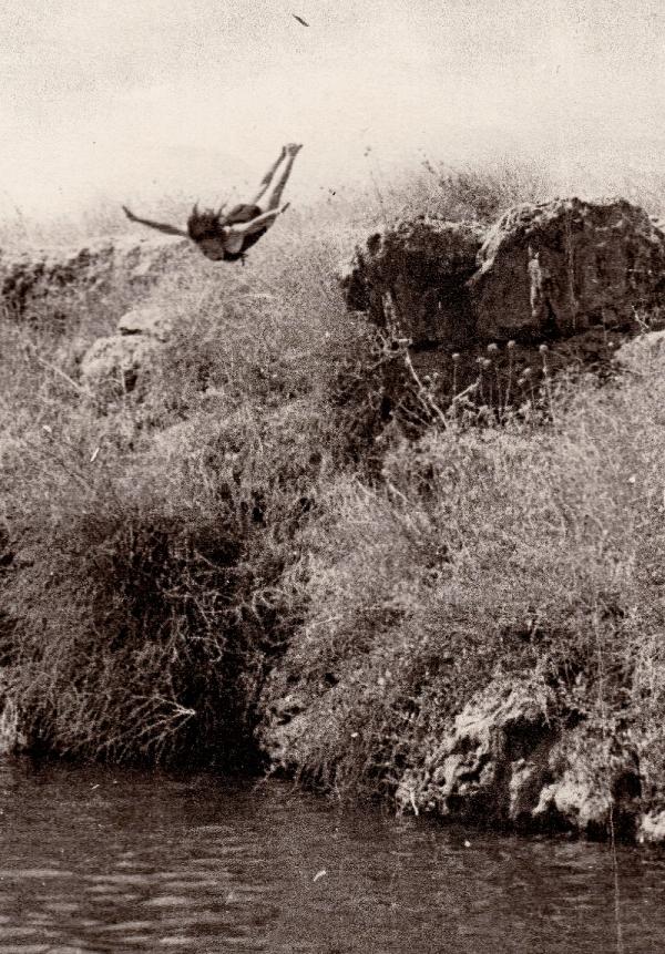 Margalit při skoku do vody. Foto: Paměť národa