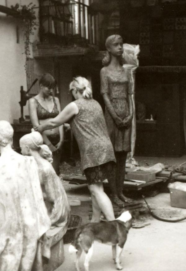 Marie Uchytilová při modelování sochy lidické dívky s dcerou Sylvií Klánovou v 70. letech. Foto: Paměť národa/archiv Sylvie Klánové