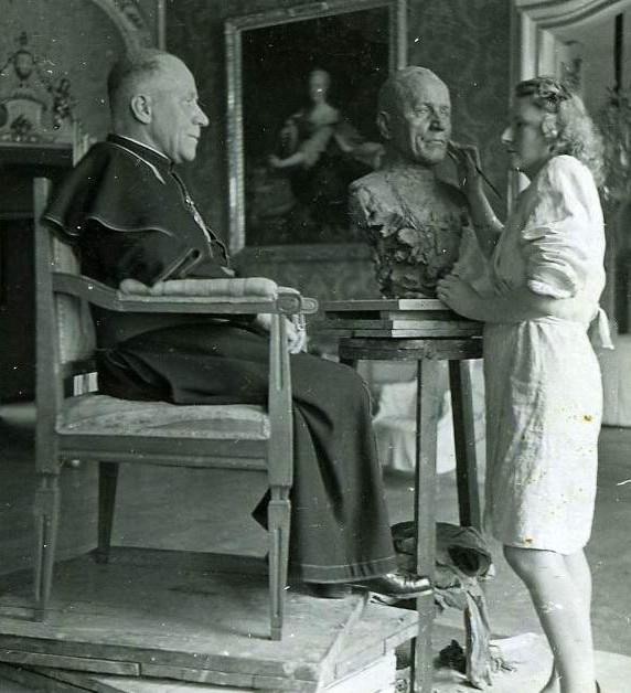 Marie Uchytilová tvoří bustu arcibiskupa Josefa Berana. Foto Paměť národa archív Sylvie Klánové