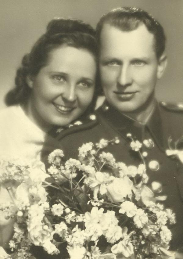 Svatební fotografie Milady a jejího manžela Františka Cába, který na ni tři roky čekal.