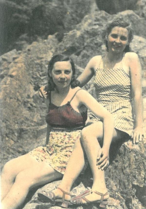Milada (vpravo) s kamarádkou. Foto: Paměť národa