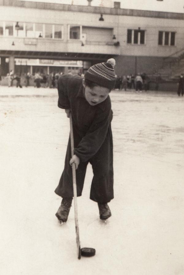 Hokejové začátky na ledě Zbrojovky Brno. Foto: Paměť národa