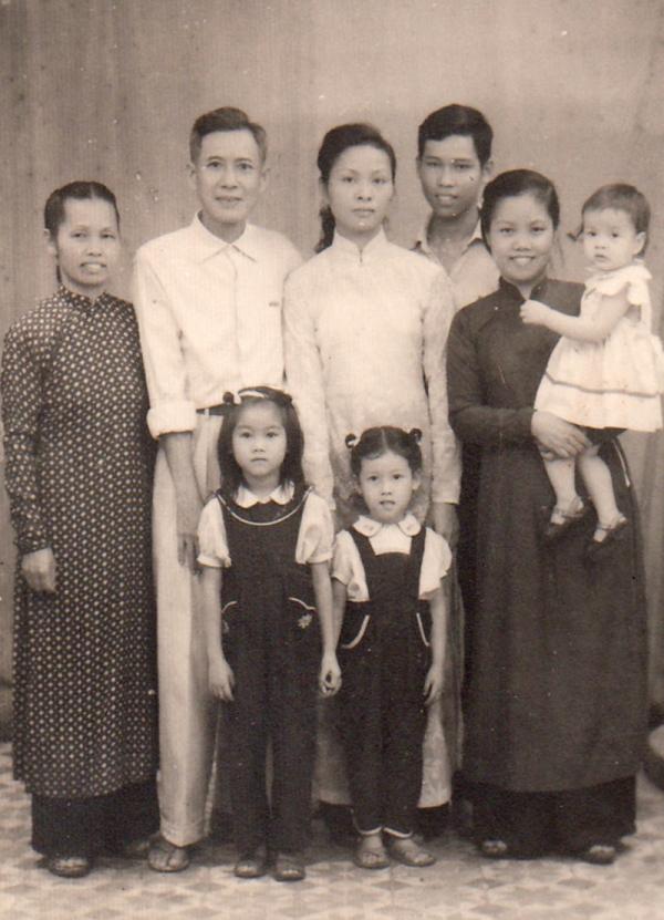 Nhung s rodinou – otcem a jeho dvěma ženami a dětmi. Ve Vietnamu byla tehdy bigamie legální. Foto: Paměť národa