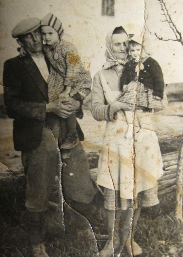 Oherovi v roce 1941 – otec Oldřich s dcerou Ludmilou a matka Marie s dcerou Zdeňkou. Foto: Paměť národa