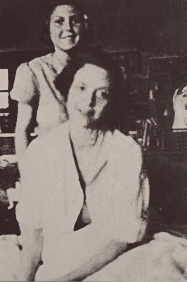Eva (vzadu) a Hana osvobozené v nemocnici v Bergen-Belsenu. Zdroj: Paměť národa