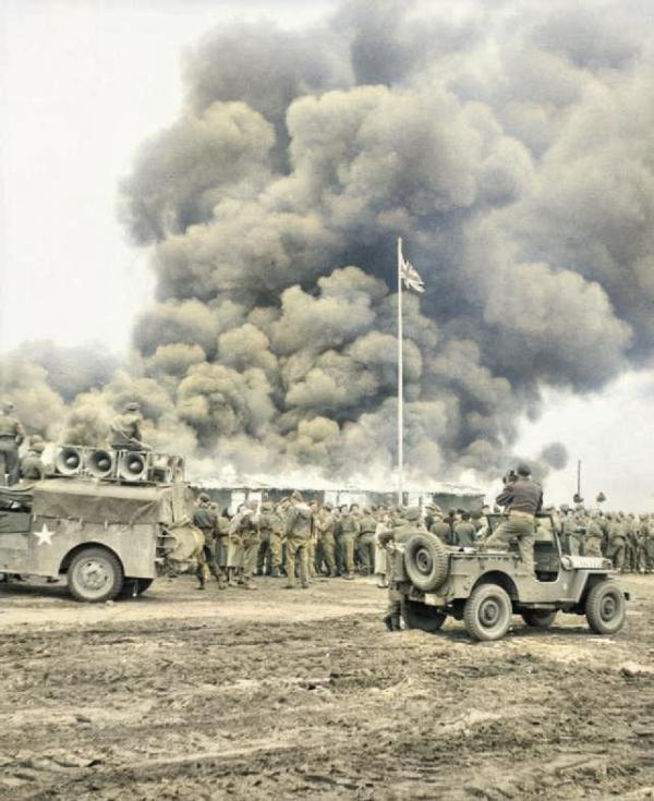 Pálení koncentračního tábora. Foto: Wikimedia Commons/Imperial War Museums