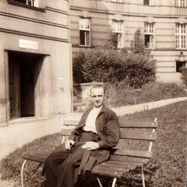 Otec Květoslavy Josef Pánek před ústavem soudního lékařství na Albertově.