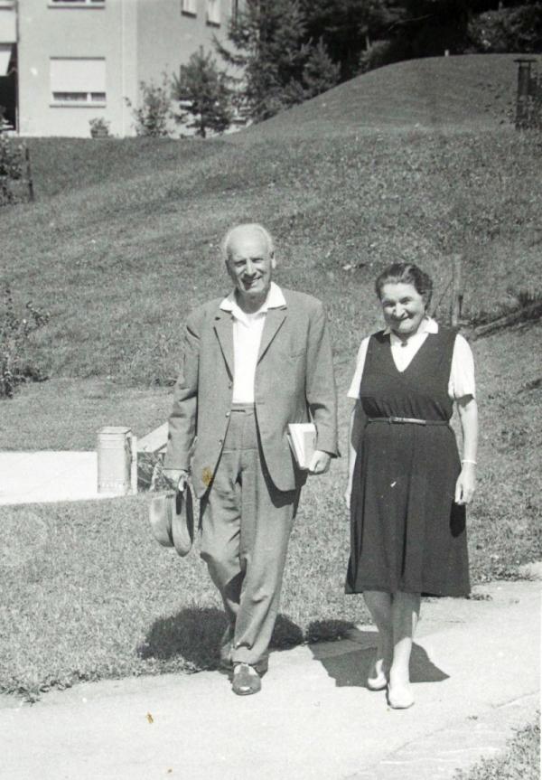 Přemysl Pitter a Olga Fierzová ve Švýcarsku v roce 1969 na fotografii, kterou Moravcovi pořídili při svém pobytu. Foto: Paměť národa