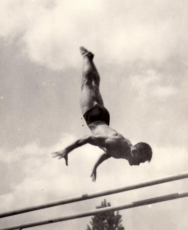 Při cvičení na bradlech o stejné výši žerdí ve 40. letech 20. století.zdroj: archiv Zdeňka Růžičky