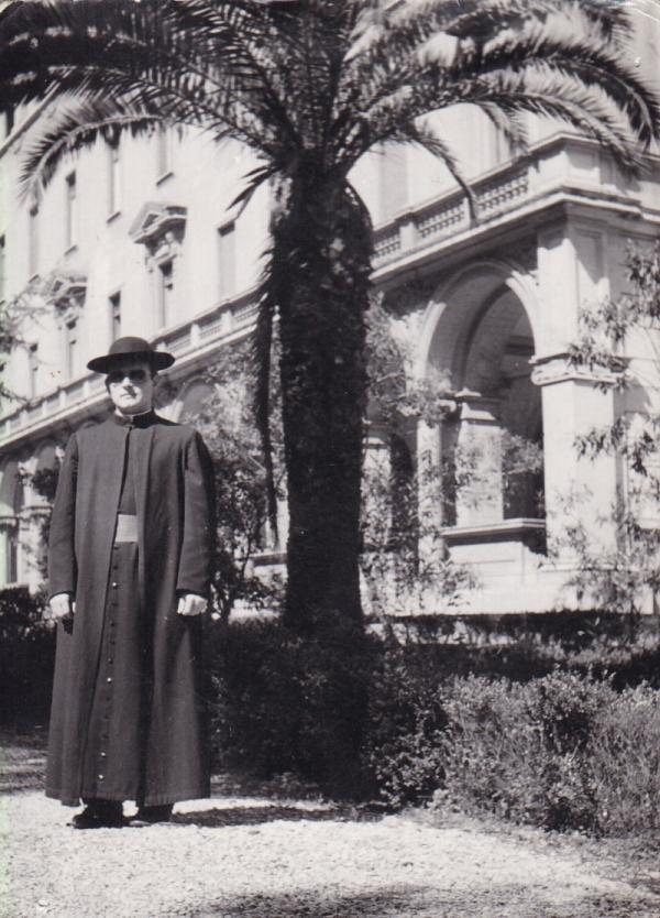 Zahrada koleje Nepomucenum v Římě, na snímku Petr Esterka, který ve Vatikánu studoval v 50. letech. Foto: Paměť národa