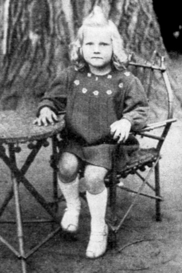 Eva Pilarová v šesti letech, kdy zachránila maminku před znásilněním. Foto: Paměť národa