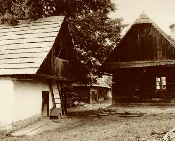 Dům čp. 23 a seník (vlevo), kde v ohni nalezlo smrt několik ploštinských mužů (Etnologický ústav AV ČR).