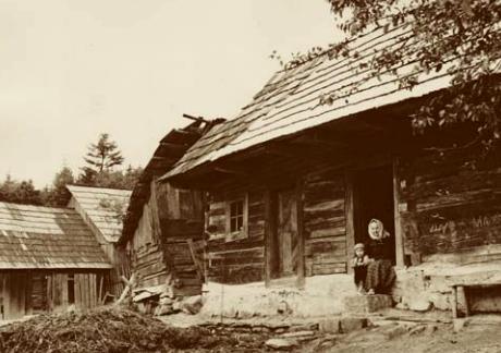 Roubené chalupy na Ploštině při svém terénním výzkumu v roce 1944 prof. Chotek z Etnologického ústavu AV.