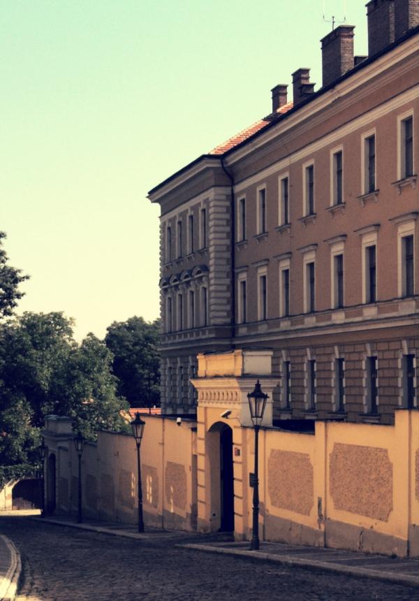 Tzv. Domeček v Kapucínské ulici na Hradčanech sloužil StB jako vyšetřovací věznice, respektive mučírna. Kvůli krutým vyšetřovacím metodám se stal symbolem teroru StB a komunistického režimu.