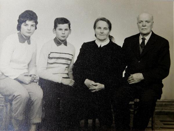 Prarodiče Hedvika a František Švédovi s vnoučaty Radslavem a Ludmilou asi v roce 1962