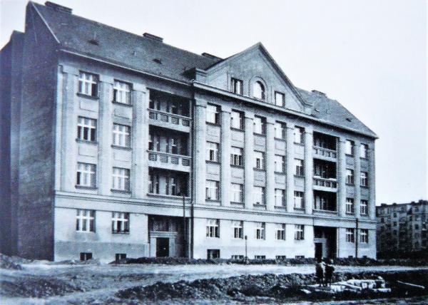 Profesorský dům v Rooseveltově ulici čp. 597, v němž žila ruská inteligence a při návštěvě Prahy i spisovatel Ivan Bunin.