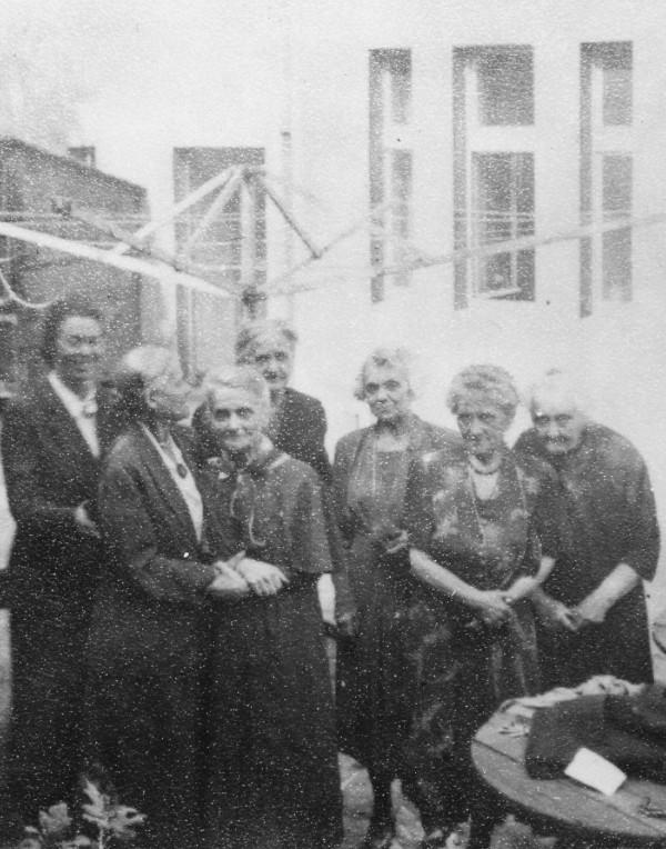 Ruská pedagožka Vladimírovna Žekulina (první vpravo) na dvoře Profesorského domu před vystěhováním v roce 1949.