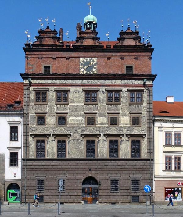 Radnice byla první renesanční stavbou v Plzni.Sgrafitovou výzdobu navrhl a zvelké části sám v roce 1910 provedl profesor české techniky vPraze Jan Koula. Foto: Wikimedia Commons