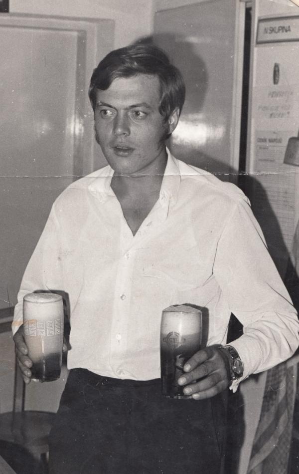 René Matoušek jako hostinský na začátku 70. let 20. století. Zdroj: Paměť národa