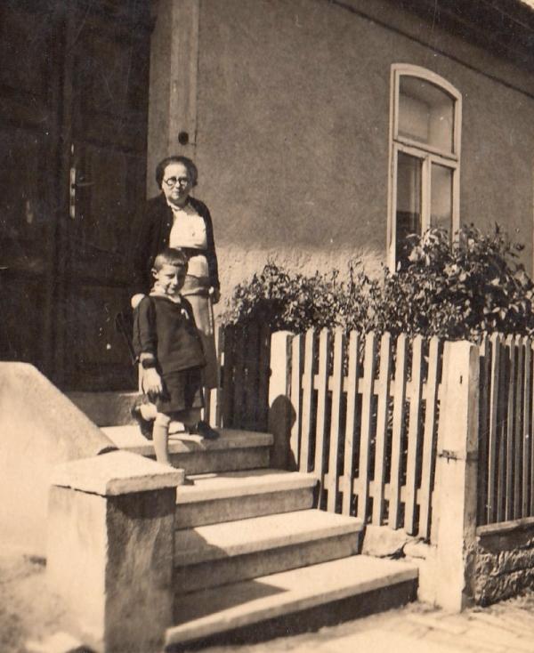 Richard Husch jde do první třídy, před rodným domem s maminkou.