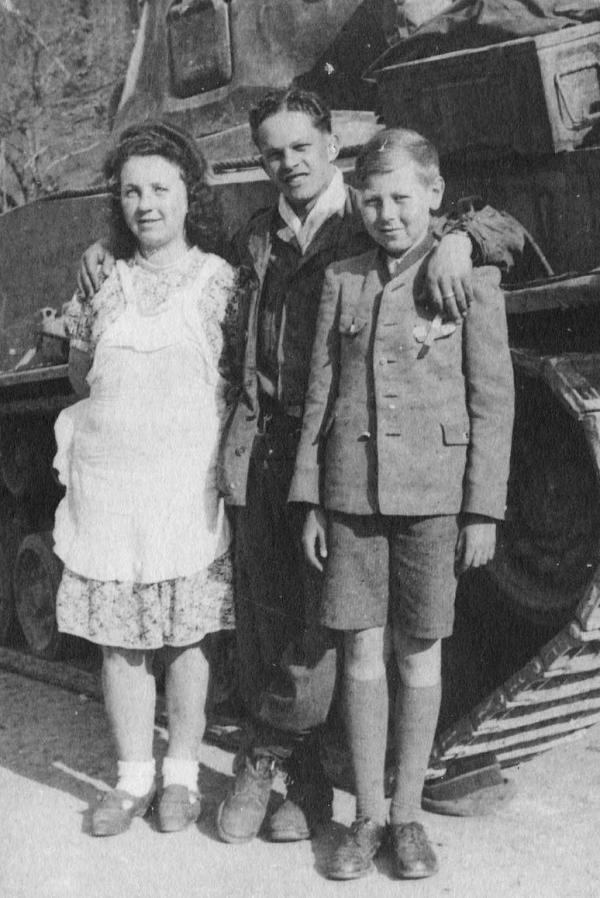 Richard Praus s americkým vojákem a českou dívkou, květen 1945.