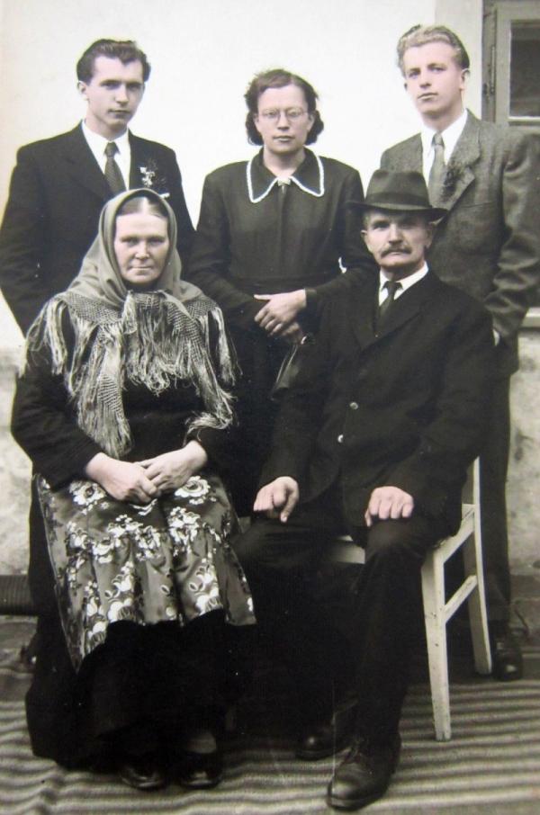 Rodina Kůrková v padesátých letech, nahoře - sourozenci Adolf, Marie a Alfons, dole rodiče František a Josefa