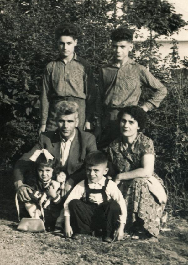 Šestiletý Kostas s rodinou v Těchoníně. Foto: Paměť národa