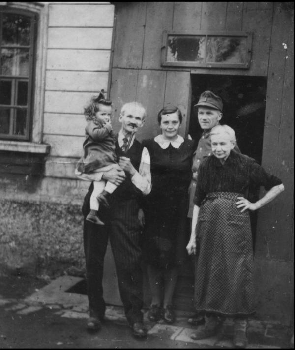 Rosemarie Kraus (Dvořáková) s prarodiči 1944. Zdroj: Archiv pamětnice