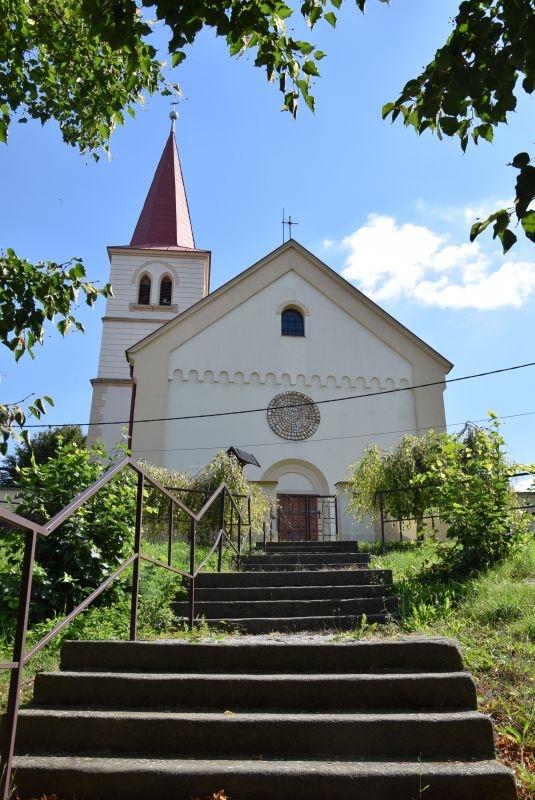 Kostel sv. Petra a Pavla v Rozhovicích. Foto: Iva Marková