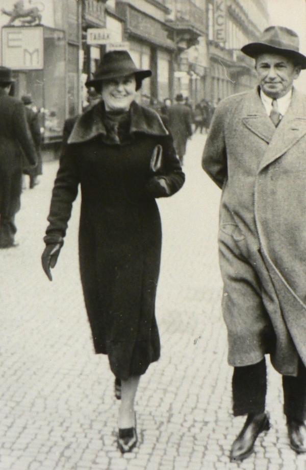 Rudolf Wels s manželkou Idou na Václavském náměstí, kde měl kancelář. Foto: archív rodiny Welsovy