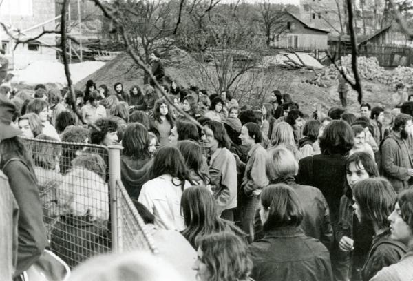 Účastníci koncertu po jeho ukončení před hostincem. Foto Petr Prokeš