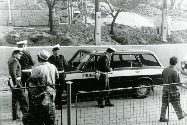 Příslušníci Veřejné bezpečnosti v Rudolfově před zásahem. Foto Petr Prokeš