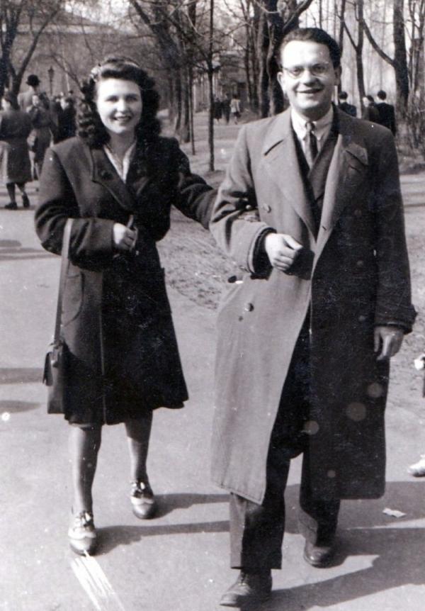 S budoucí manželkou Helenkou ve Stromovce v roce 1947. Foto: Paměť národa